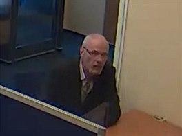 Policie prosí o pomoc při pátrání po muží s šedým knírem ve věku zhruba 50 až...