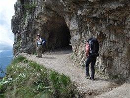 Většina Stezky 52 tunelů vede buď ve skále nebo je vytesána do příkrého svahu.