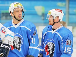 Plzeňský útočník Jozef Balej (vpravo) diskutuje  na tréninku s dalším zkušeným forvardem Pavlem Kašpaříkem.