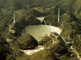 Astronomická observatoř Arecibo v Portoriku disponuje největším teleskopem na...