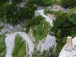 Ostré zatáčky na šotolinové cestě vás svedou z horského průsmyku Tremalza zpět...