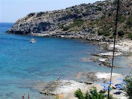 """Přírodní nudistická pláž na Rhodosu oceněná prestižní """"modrou vlajkou""""."""