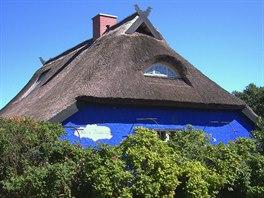 """Jeden z tradičních domů na ostrově Hiddensee, Blaue Scheune (""""Modrá stodola"""")..."""