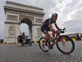 Domácí cyklista Sylvain Chavanel projíždí v poslední etapě Tour de France kolem Vítězného oblouku.