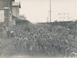Vojáci 11. praporu čekají na nádraží v Jaroměři při odjezdu domobrany 17. srpna...