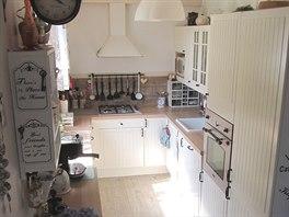 V kuchyni je velk� okno s v�hledem do zelen� a m�m zde v�echno, co pot�ebuji....