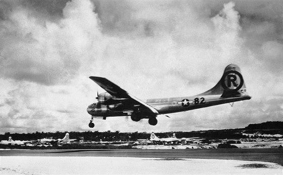 6. srpna 1945. Bombardér B-29 přistává na Severních Marianách poté, co jeho...