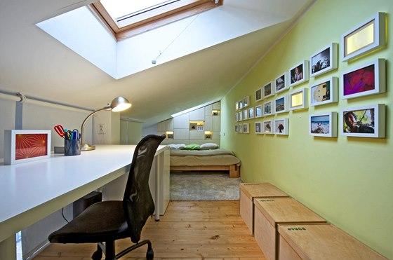 Díky střešnímu oknu a rozmístění nábytku je horní patro plnohodnotným a
