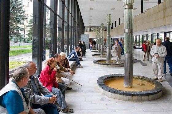 Lázeňští hosté v areálu Vřídla
