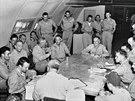 6. srpna 1945, základna Tinian na Severních Marianách. Posádka bombardéru Enola...