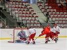 Třinečtí hokejisté při prvním tréninku ve Werk Arene.