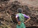 Obyvatelka Malinu se kouká na trosky svého domu zavaleného půdou a bahnem (30....