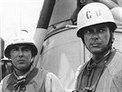 Vlevo kapitán John J. Herrick, velitel torpédoborce 192. divize a vpravo...