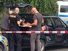Policisté zasahují na místě únosu dítěte v Zahradníčkově ulici.