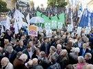 Lidé na večerní protestní akci v Buenos Aires vyjadřují podporu své vládě ve...