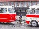 Opravený přípojný vůz odjel z prostoru před pardubickým vlakovým nádražím.