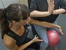 Cvik na zpevnění stehenních svalů - posadíte se rovně na židli a mezi stehny...