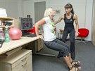 Cvik na posílení tricepsů, při kterém můžete využít stůl nebo kancelářskou...