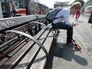 Nově instalované kovové přepážky znemožní ležení na lavičkách na brněnském hlavním nádraží.