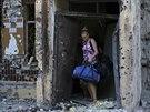 Lid� opou�t�j� poni�en� domy v Don�cku (Ukrajina, 29. �ervence 2014).