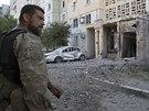 Proru�t� separatist� prohl�ej� po�kozen� budovy v Don�cku (Ukrajina, 29....