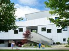 Garáž a technické zázemí od zbytku domu vizuálně odděluje mohutná konstrukce...