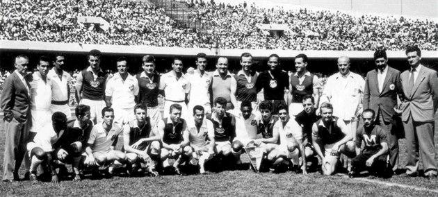 POKO�ENÝ PELÉ. V roce 1959 se hrá�i Dukly takhle fotili se soupe�i ze Santosu,...