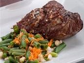 Steak, nejlépe bio, a zelenina: oběd, který vám dodá kopec energie.