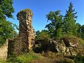 Na z�ícenin� hradu Rab�tejn se do dne�ních dob zachovaly �ásti obvodového zdiva...