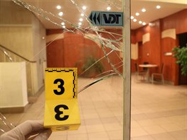 Jednat�icetilet� �to�n�k rozbil sklen�nou v�pl� vstupn�ch dve�� v Pap�rensk�...