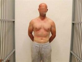 Útočník byl svlečený do půli těla a na trupu a zádech měl viditelné šrámy a...