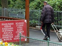 Za pár měsíců budou nápisy nad karlovarskými obchody v azbuce redukovány:...