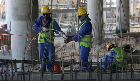 Za nekonečnou práci na stavbách dostávají dělnící z chudých asijských regionů...