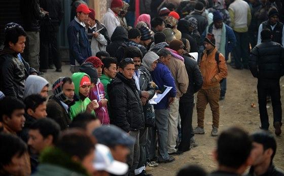 Dělníci z Bangladéše a Nepálu i přes špatné podmínky stále směřují za prací do...
