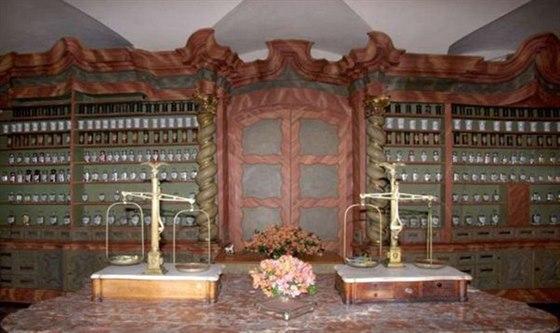 Klatovská lékárna u Bílého jednorožce jako by vystoupila z pohádky.