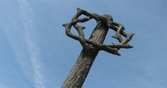Mohyla obětem pochodů smrti, pylon s lidickou trnovou korunou, připomíná 232...