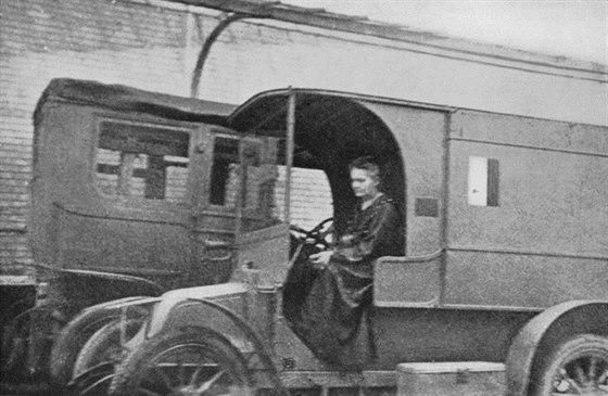 Marie Curie ve své pojízdné rentgenologické stanici.
