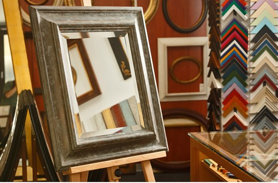 Zrcadlo s fazetou v ru�n� dokon�ovan�m patinovan�m r�mu p�edstavuje n�dhern�
