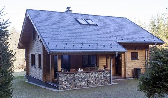 Pohled na víkendový dům s terasou zvenčí