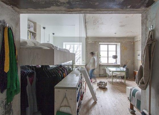Karin Matzová si potrpí na módu. V prostoru pod lůžkem jsou na ramínkách na...