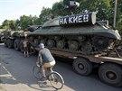 Ukrajinští vojáci transportují tank z druhé světové války, kterého se během...