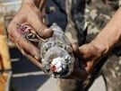 Ukrajinský ženista ukazuje improvizovanou nálož, kterou za sebou zanechali...