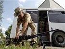Příslušník ukrajinského dobrovolnického praporu Donbas chystá palebnou pozici u...
