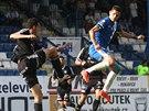 Liberecký fotbalista David Pavelka jde do souboje s příbramským hráčem hodně neohroženě.