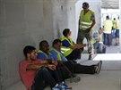 Izraelští řidiči kaminonů sedí v krytu u přechodu Kerem Šalom (1. srpna 2014).