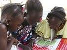Děti si čtou plakát o ebole šířený UNICEFem (1. srpna 2014).