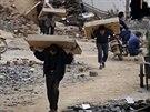 Vesničané odnáší, co zbylo v jejich zničených domech po zemětřesení v Číně (5....