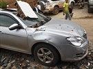 Zničené auto po zemětřesení v Číně (4. srpna 2014).