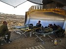 Izraelští vojáci odpočívají poblíž přechodu do Pásma Gazy (7. srpna 2014).