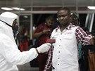 Nigerijci kontrolují teplotu lidem na mezinárodním letišti v Lagosu ve snaze...